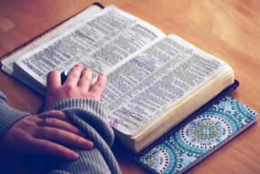 Mujer y biblia